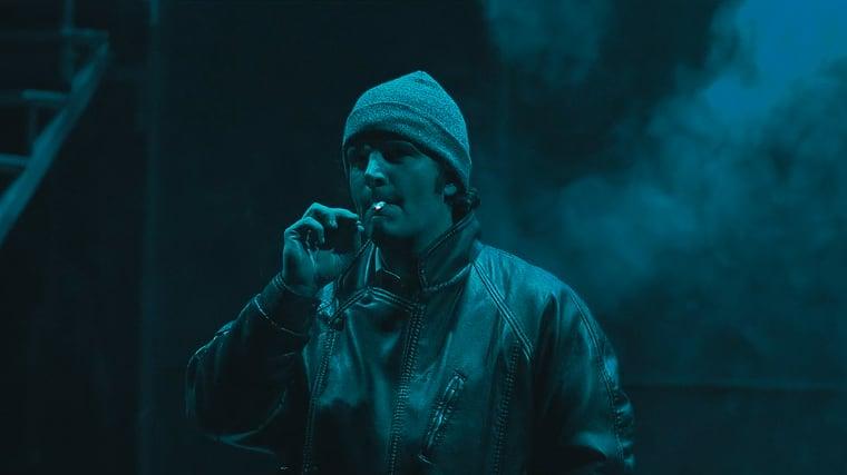 Xosé Antonio Touriñán fumando o pitillo en escea, nun momento da obra Fariña