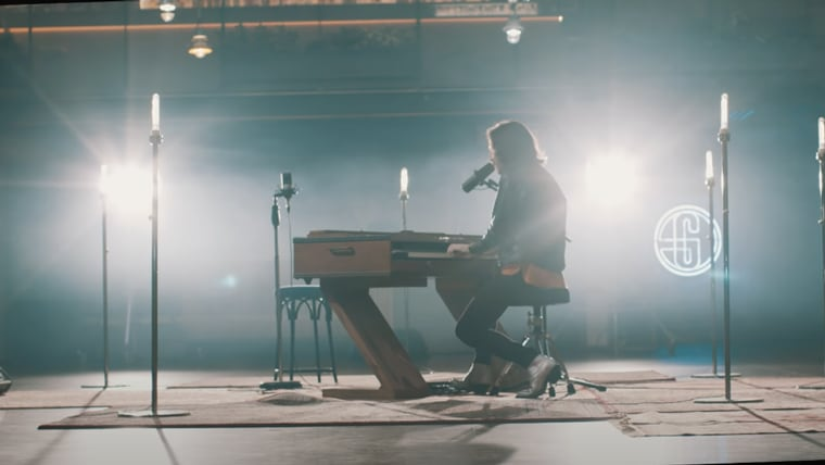 O músico Fredi Leis tocando o piano no videoclip