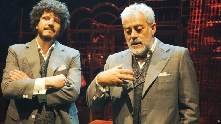 Os humoristas Xosé Antonio Touriñán e Carlos Blanco no escenario, nun momento do espectáculo Somos Criminais