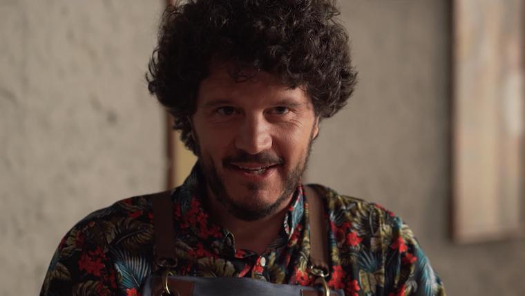Primeiro plano do actor Xosé Antonio Touriñán nun anuncio do viño Viña Costeira